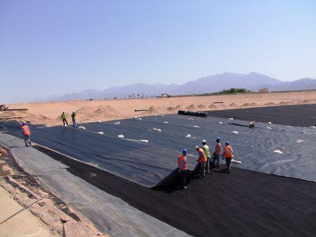 Sul fondo della nuova baia sono state stese due tipologie di membrane in Hdpe per garantirne la tenuta idraulica dell'intera opera.