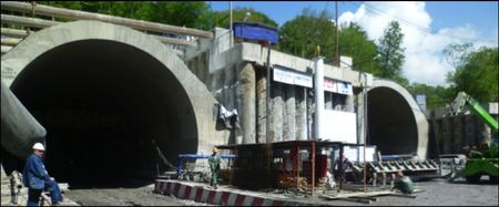 Imbocco sud. I tunnel made in Italy scavati sotto la città di Sochi. Il doppio accesso visto da sud; l'accesso intermedio e l'imbocco nord.