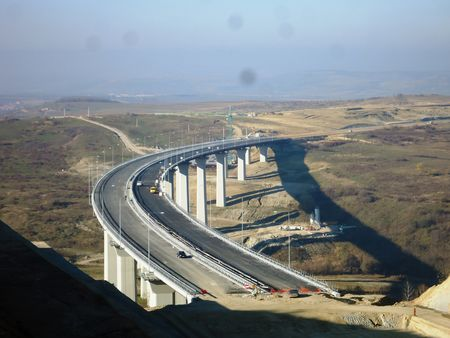 Il Viadotto Aciliu fa parte del lotto 3 del tronco autostradale Orastie-Sibiu, che rientra nel programma più ampio della costruzione dell'A1 Timisoara-Deva-Sebes-Sibiu-Bucarest-Costanza. Realizzato dalla Collini Lavori di Trento per conto di Salini-Impregilo, presenta le seguenti caratteristiche per ogni via di corsa.
