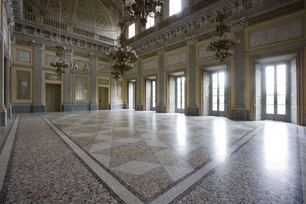 Villa Reale di Monza | Salone centrale al piano terra. A doppia altezza comunica al secondo piano direttamente con l'atrio di accesso. Il pavimento è realizzato con la tecnica del coccio pesto.