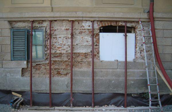 Villa Reale di Monza | La muratura esterna del piano terra mostrava segni di dissesti. Dopo lo smontaggio delle lastre e la messa in sicurezza dei fregi ornamentali, le murature sono state rinforzate, le lastre sono state posizionate e ancorate con una coda di rondine metallica.