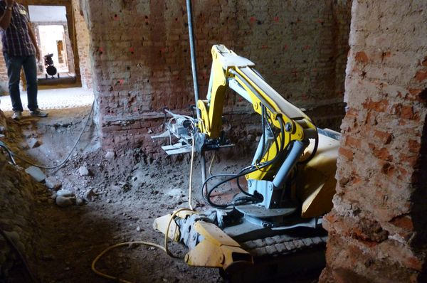 Villa Reale di Monza | Un robot esegue delle perforazioni per lavori di consolidamento.