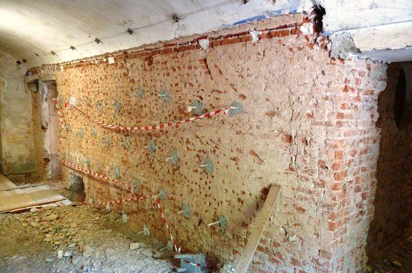 Villa Reale di Monza | Per il consolidamento delle pareti di facciata del piano terra sono stati impiegati tirantini antiespulsivi inseriti in ancoraggi ciechi.