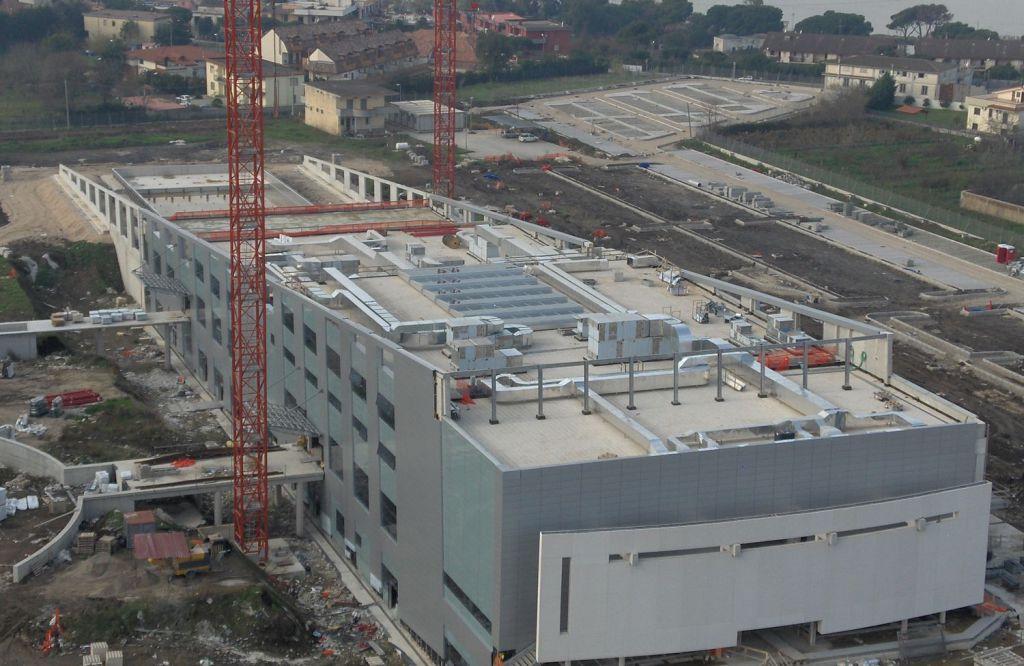 Quartier generale meridionale Nato di Napoli | La copertura piana viene sfruttata in parte per il posizionamento dell'impiantistica. parte di essa è stata utilizzata per il posizionamento di una piscina.