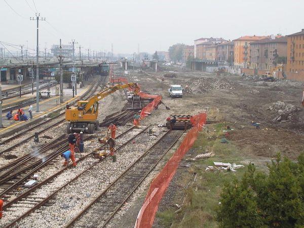 L'area di scavo del camerone è stata a contatto con la rete dei binari posti in superficie e con il traffico dei viaggiatori costantemente in esercizio.