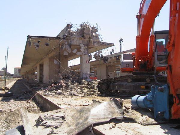Per la realizzazione del camerone, i binari superiori e tutte le opere insistenti sono state oggetto di completa demolizione e rimozione.