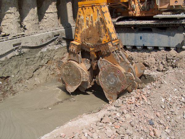 Idrofresa all'opera per il trattamento cutter soil mixing del terreno prima dell'annegamento della gabbia delle voltine e degli speroni.