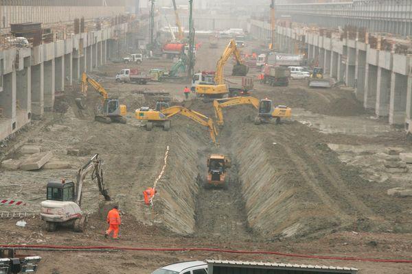 Con due fronti di attacco per l'escavazione, il cantiere è proceduto dalle punte verso l'interno alla realizzazione di tutte le opere per la nuova stazione. All'interno dell'area di cantiere vi è stata la presenza di numerosi mezzi di escavazione e di automezzi per il conferimento delle terre al punto di carico dei convogli ferroviari.