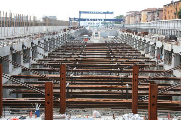 La realizzazione delle strutture di sostegno dei vari orizzontamenti è stata resa possibile grazie all'utilizzo di carpenterie metalliche ad alte prestazioni abbinate a predalles.