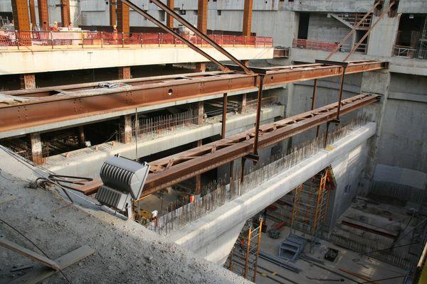 Travi e puntoni sono realizzati in carpenterie metalliche. Le operazioni di varo sono state organizzate a fronte delle compresenti lavorazioni in cantiere.