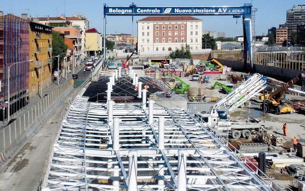 Per l' ingresso lungo il lato del quartiere Bolognina si è impiegata tecnologia metallica realizzata in officina e assemblata al piede del cantiere.