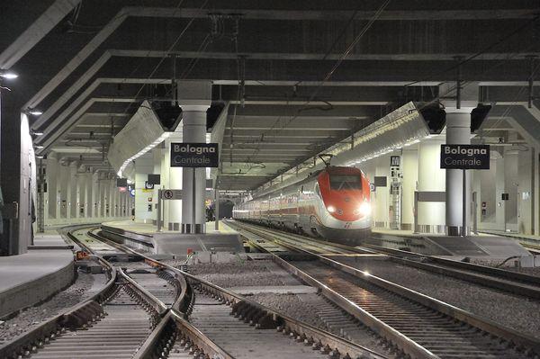 Interni  della stazione. Il camerone sotterraneo (640 m di lunghezza, 41 m di larghezza e 23  m di profondità) si sviluppa su tre livelli collegati da un sistema di scale mobili fisse e ascensori.