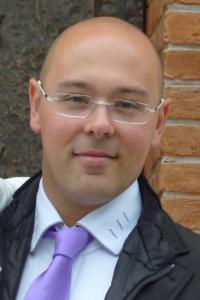 Ing. Ennio Casagrande, libero professionista e autore di diverse pubblicazioni, si occupa di progettazione strutturale, rischio sismico e cantieristica e collabora attivamente con la società Casagrande Costruzioni Edili.