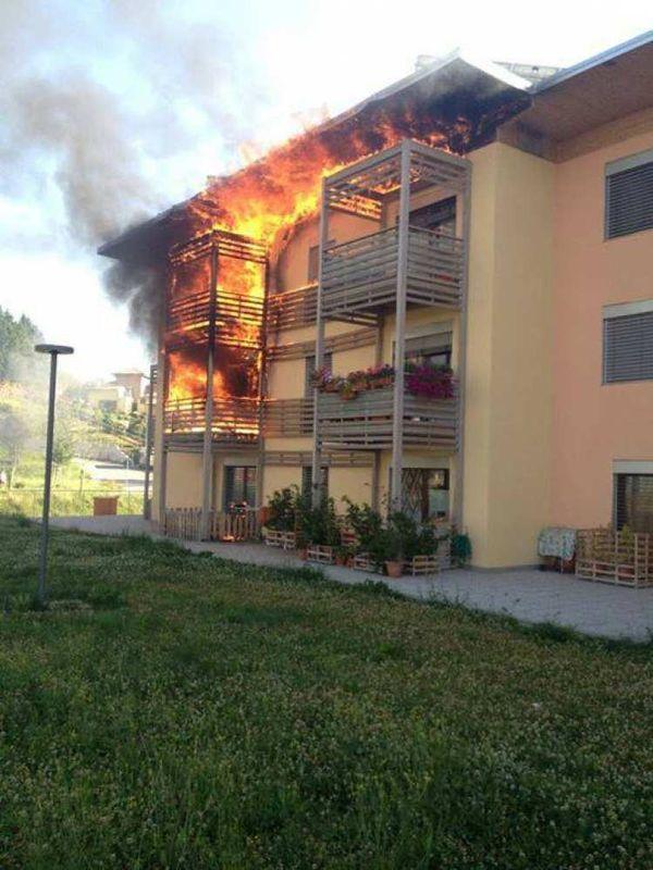 In Italia gli incendi che interessano edifici sono oltre 11.000 l'anno; nella foto la palazzina con struttura in legno del Progetto C.A.S.E. (AQ) che ha preso fuoco nel luglio 2013.