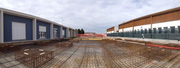 I nuovi edifici sono stati inseriti all'interno di altri edifici esistenti. Le nuove fondazioni oltre che a distribuire i carichi al terreno della nuova struttura hanno anche la funzione di legare le fondazioni degli altri edifi ci e migliorarne la risposta sismica.