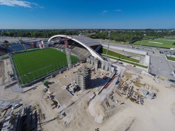 Il cantiere vede la completa demolizione e ricostruzione delle due curve (a partire dalla Nord) e della tribuna Est (distinti) che verranno ricostruite più vicine al campo di gioco per permettere una migliore fruizione dell'evento sportivo.