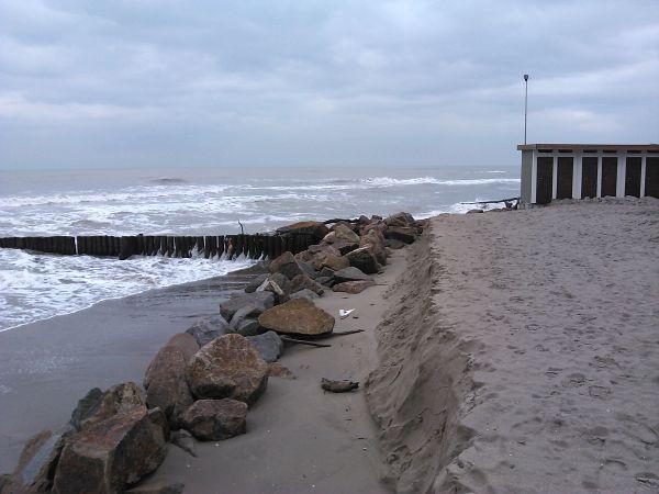 Un tratto di litorale romagnolo in progressiva erosione. Sono presenti alcune tecniche di difesa, come pennelli e scogliere semisommerse e radenti.