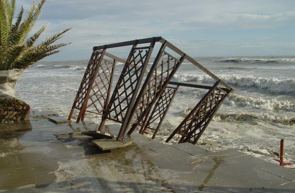 Danni agli impianti balneari dopo una mareggiata.