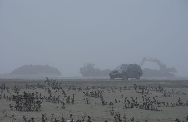 Ruspe in azione per la sistemazione invernale del litorale emiliano romagnolo.