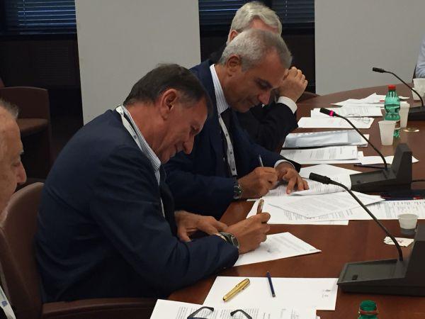 Il presidente dell'Agcm Giovanni Pitruzzella e il presidente di Federcostruzioni Rudy Girardi alla firma per l'accordo di collaborazione.