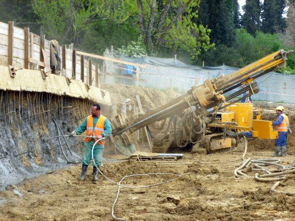 Operazioni di scavo chiodato (soil-nailing) mediante l'infilaggio nel terreno di tiranti passivi.