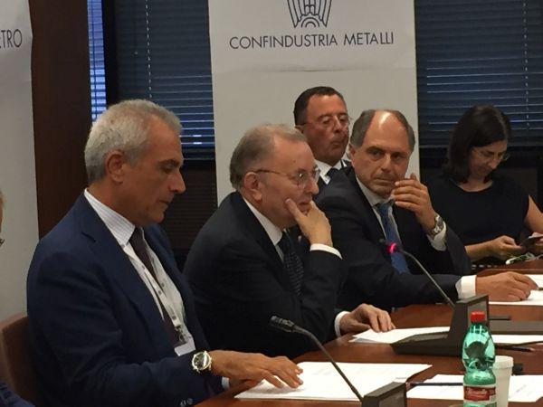 Il tavolo dei lavori. Da sinistra il presidente di Federcostruzioni Rudy Girardi, il presidente di Confindustria Giorgio Squinzi e il presidente di Ance Paolo Buzzetti.
