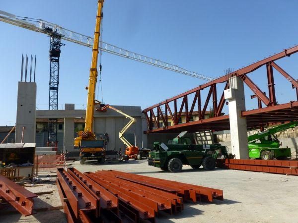 Il fabbricato è caratterizzato da parti in c.a., da grandi travature in acciaio e da tegoli prefabbricati.