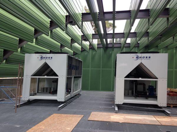 Sulla terrazza esterna dove si trovano i macchinari impiantistici una copertura con baffles acustici verdi rende continua dall'esterno la percezione delle superfici inerbite circostanti.