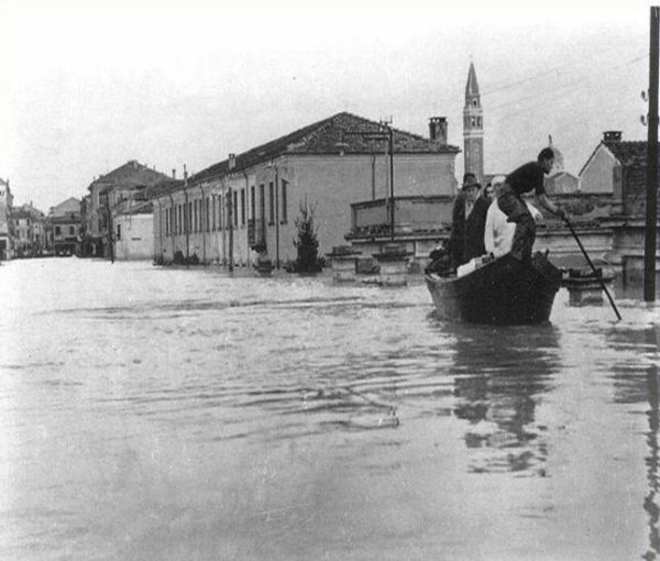 L'alluvione del Polesine. Il Po ruppe gli argini di sinistra di Occhiobello, Malcantone e Paviole in provincia di Rovigo il 18 novembre 1951 (foto dell'Archivio fotografico dell'Agenzia d'informazione e comunicazione della giunta regionale dell'Emilia-Romagna).