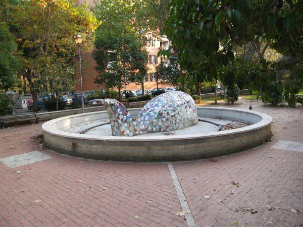 La Balena, realizzata in piazza del quartiere in via Recanati, è diventata il simbolo di San Basilio.