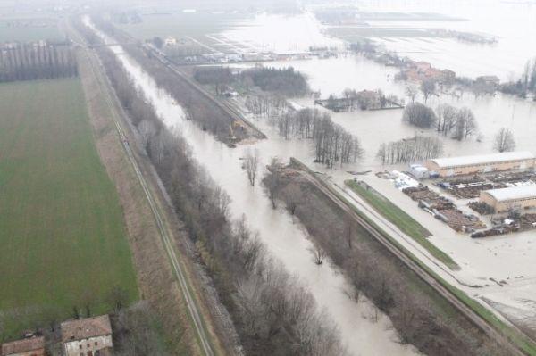 La rottura dell'argine del fiume Secchia, vicino a Modena, nel gennaio 2014 e l'allagamento delle zone limitrofe al corso d'acqua. L'alluvione ha prodotto 400 milioni di danni (foto della Protezione civile Regione Emilia-Romagna).