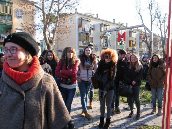 Un momento della passeggiata collettiva in via Recanati.