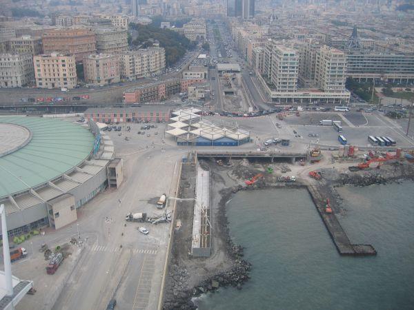 Lo sbocco in mare del torrente Bisagno, che attraversa la città di Genova da nord a sud. La messa in sicurezza del corso d'acqua dura da decenni (foto Regione Liguria).