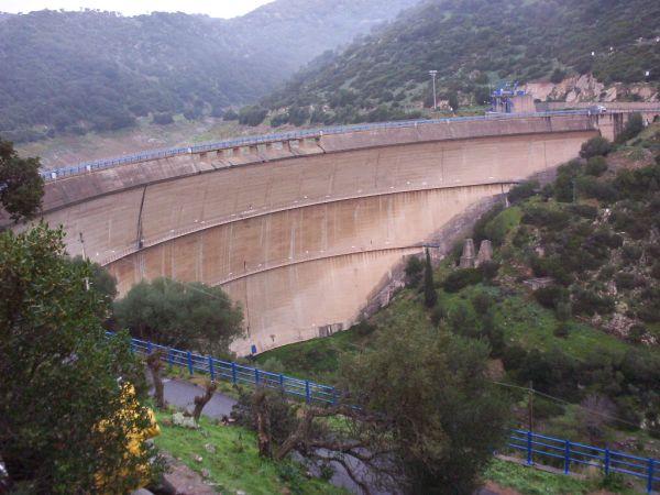 1a. Panoramica del paramento di valle e del coronamento della diga di Punta Genn'Arta.