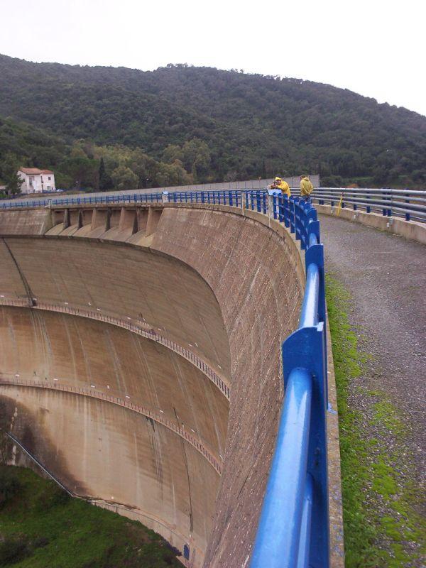 Coronamento della diga di Punta Genn'Arta: operazioni di triangolazione.
