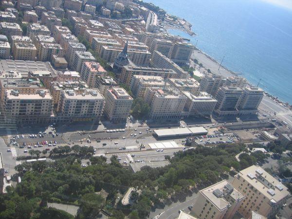 Vista di viale Brigate Partigiane, strada importante del centro di Genova che porta al mare. Al di sotto dell'arteria scorre, tombinato, il Bisagno (foto Regione Liguria).