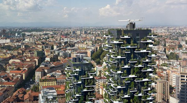 Panorama di Milano con in primo piano le torri del Bosco Verticale.