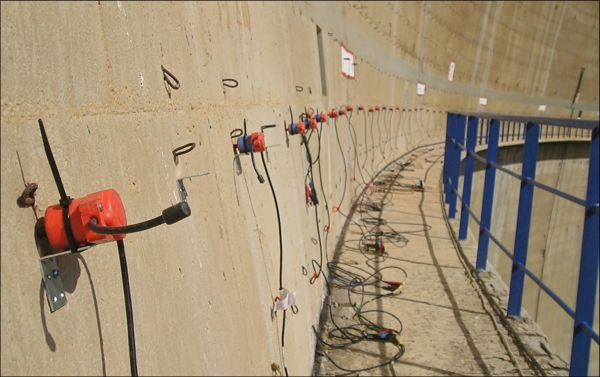Dettaglio dell'accoppiamento trasduttore-parete. Il cavo sismico che porta i segnali dai diversi trasduttori al sismografo è adagiato sulla passerella.