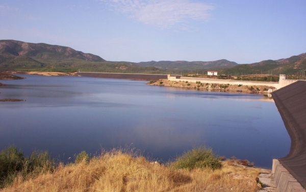 Medau Zirimilis (a destra) e Carru Segau (orizzonte): vista d'insieme delle due dighe, dello sfioratore di superficie e della casa di guardia.