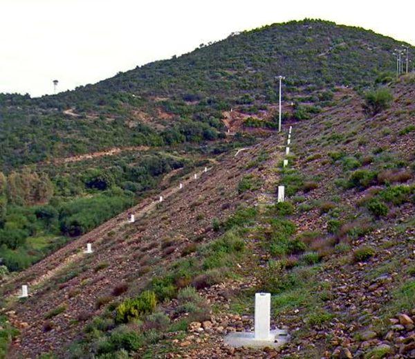 Fase di realizzazione dei capisaldi di triangolazione e collimazione: sono evidenti i pilastrini allineati a quota 135 e a quota 120 sulle bancate del paramento di valle.