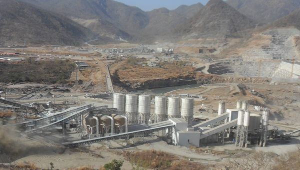 I lavori per la costruzione della Diga in Etiopia da parte di Salini–Impregilo. La commessa, del valore di tre miliardi di euro, è la più grande mai acquisita da un'impresa italiana.