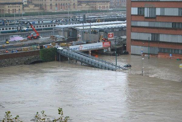 Un'immagine dell'alluvione del quartiere di Borgo Incrociati a Genova del 4 novembre del 2011 (foto, Regione Liguria).