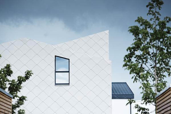 Nel rivestimento degli edifici si è giocato con la continuità cromatica dei prodotti Prefa