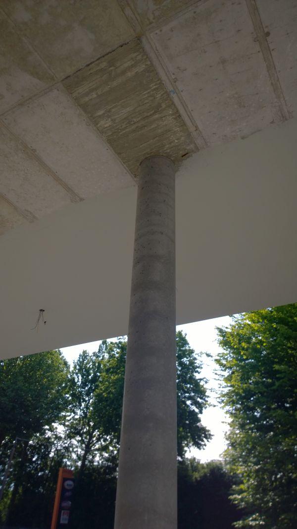 Immagine di una colonna composta in c.a./acciaio realizzata con calcestruzzo classe C32/40 XC4-XF3 e acciaio S275 con pioli di interconnessione.