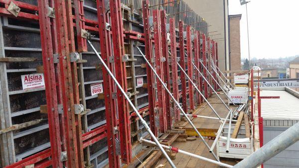 Per la casseratura esterna dell'area delle tramogge è stato utilizzato il sistema Rampante Multiform Alsina, composto da pannelli metallici di spessore 15 cm alti 3,00 mt del sistema Alsina Alisply.