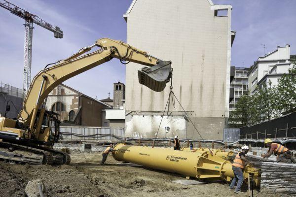 Le fasi movimentazione dei puntelli idraulici possono essere effettuate con comuni macchinari da cantiere, così come la posa in opera che risulta essere semplice e rapida.
