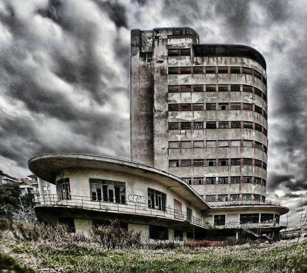 Colonia Fara in onore del generale Guseppe Fara, a Chiavari La struttura fu commissionata dal Partito Nazionale Fascista nel 1935 come colonia estiva per bambini. L'edificio è un esempio del Razionalismo italiano
