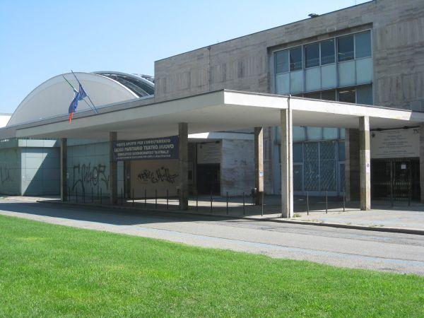 La pensilina di ingresso al Teatro Nuovo Torino.