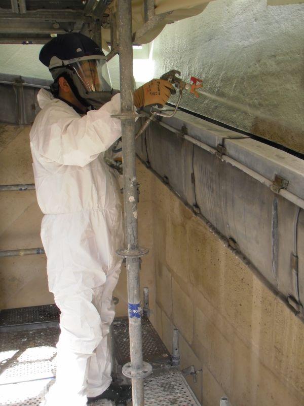Operazioni di pulizia con protezioni per le polveri di piombo.
