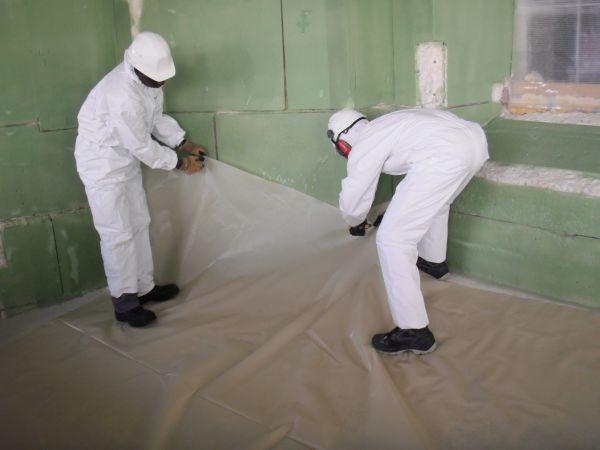 Operazioni di messa in opera di protezioni per le polveri di piombo.